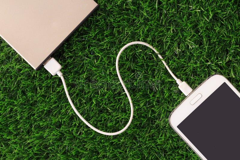 Slimme Mobiele Telefoon die met Machtsbank belasten royalty-vrije stock foto's