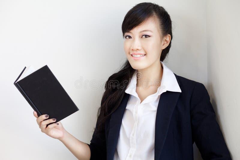 Slimme, mooie jonge Chinese damelezing stock afbeeldingen