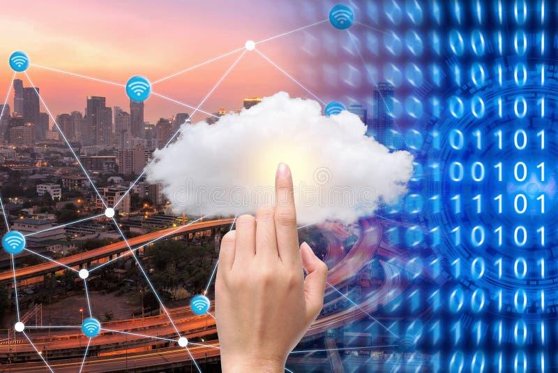 Slimme stad met wifiverbinding en wolk gegevensverwerkingstechnologie stock foto's
