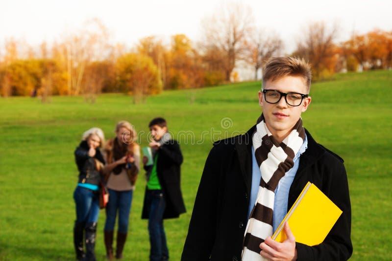 Slimme student met vrienden stock afbeeldingen