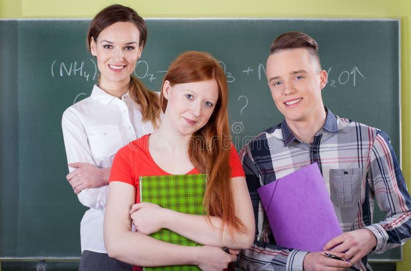 Slimme studenten op chemieles stock foto