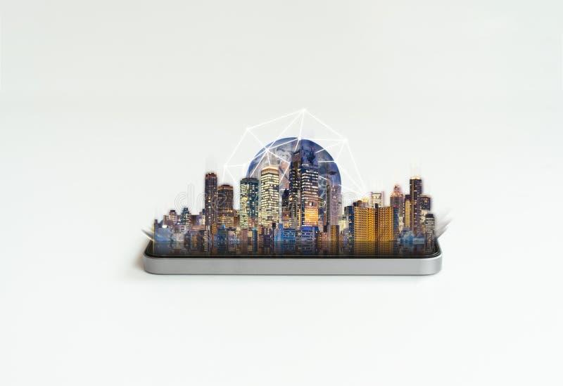Slimme technologie, voorzien van een netwerktechnologie en vergrote werkelijkheid Mobiele smartphone met gebouwen en globaal netw royalty-vrije stock afbeelding