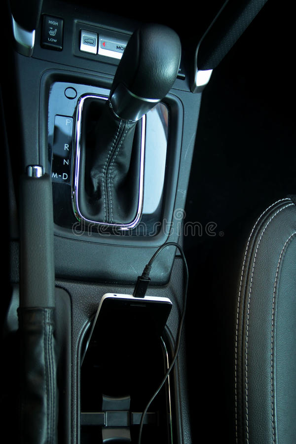 Slimme telefoon die van de de kabeladapter van de automacht aanvulling stock fotografie