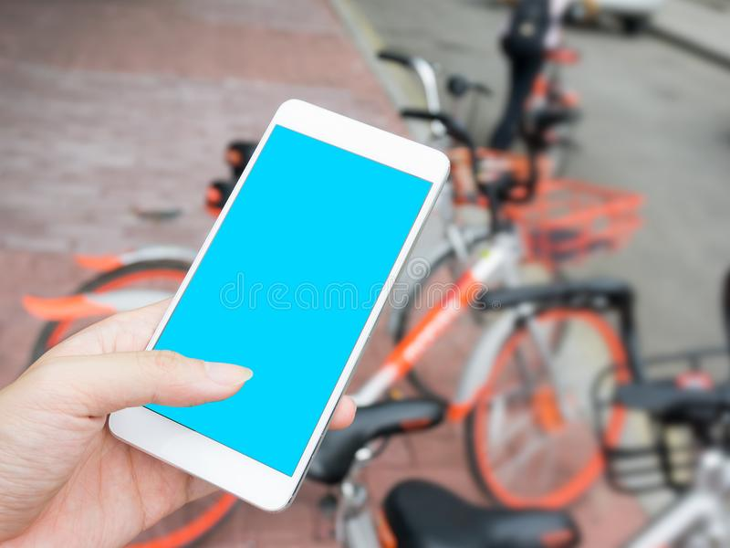 Slimme telefoon en gedeelde fiets stock afbeeldingen