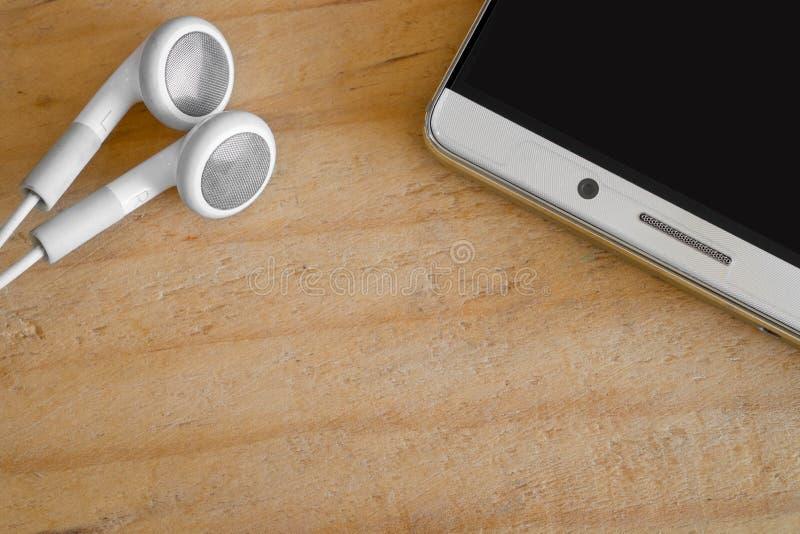 Slimme telefoon en oortelefoon stock foto