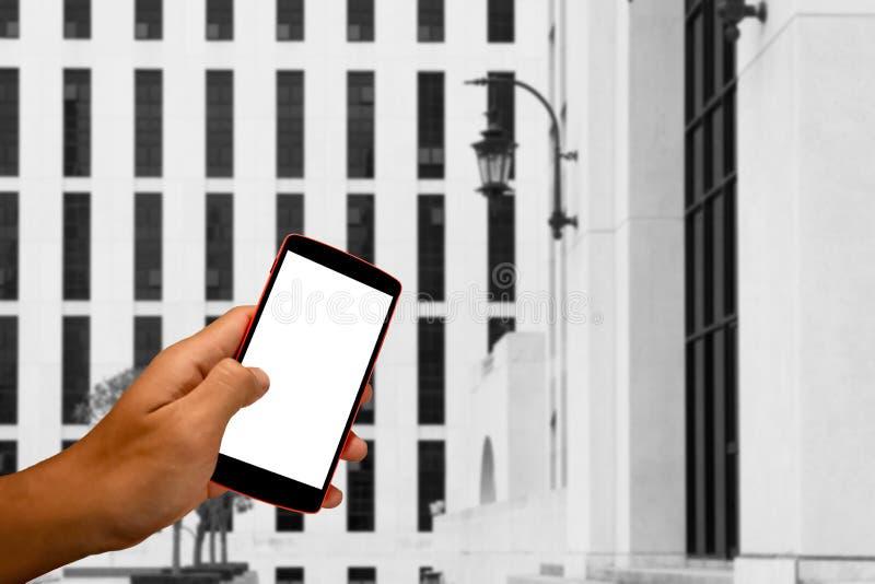slimme telefoon met de lege mobiele en achtergrond van het landschapsonduidelijke beeld royalty-vrije stock afbeeldingen