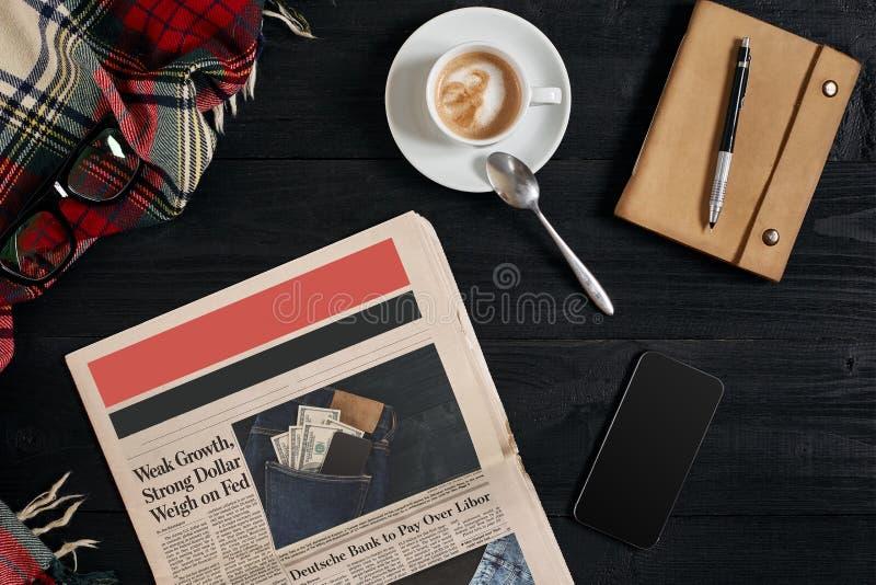Slimme telefoon met zwarte vertoning op houten achtergrond E Hoogste mening stock fotografie