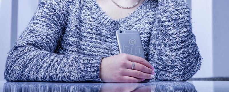 Slimme telefoons en sociaal netwerk als de meeste afleiding van productiviteit in het werk Vrouwelijke werknemer met mobiele tele stock foto