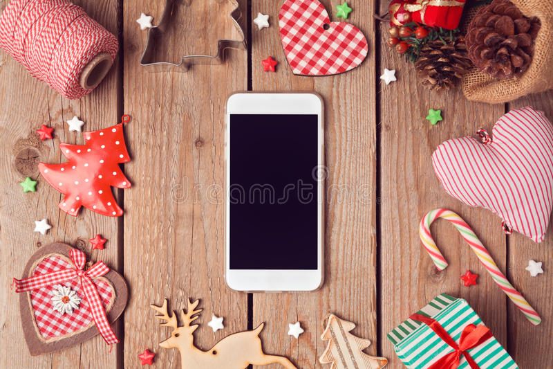 Slimme telefoonspot omhoog met rustieke Kerstmisdecoratie voor app presentatie Mening van hierboven royalty-vrije stock afbeeldingen