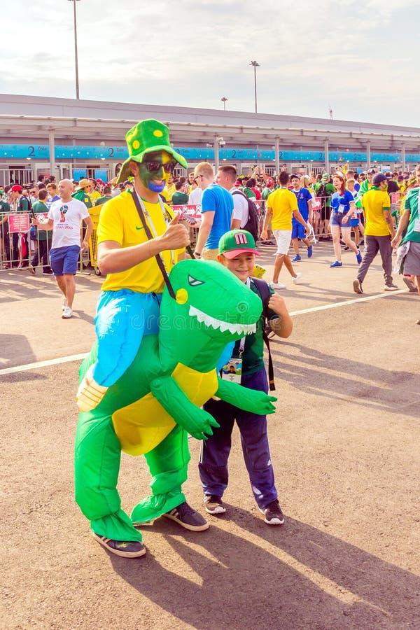 slimme voetbalventilators met de nationale vlag van Brazilië tegen de achtergrond van het Samara-arenastadion bij de Wereldbeker royalty-vrije stock afbeelding