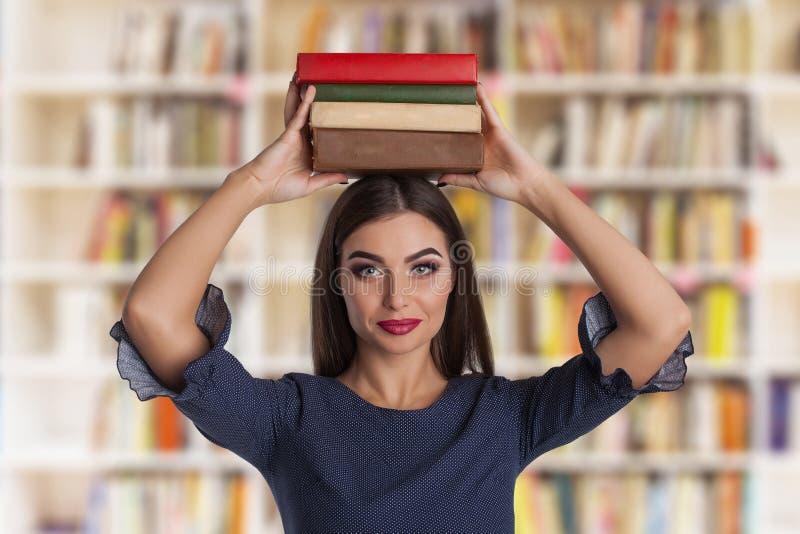 Slimme vrouw met boeken stock fotografie