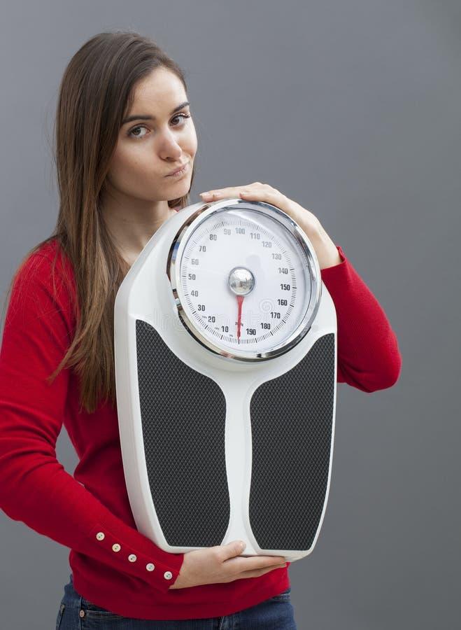 Slimme vrouwelijke tiener die twijfels in gezondheidszorgsymbool hebben stock afbeelding