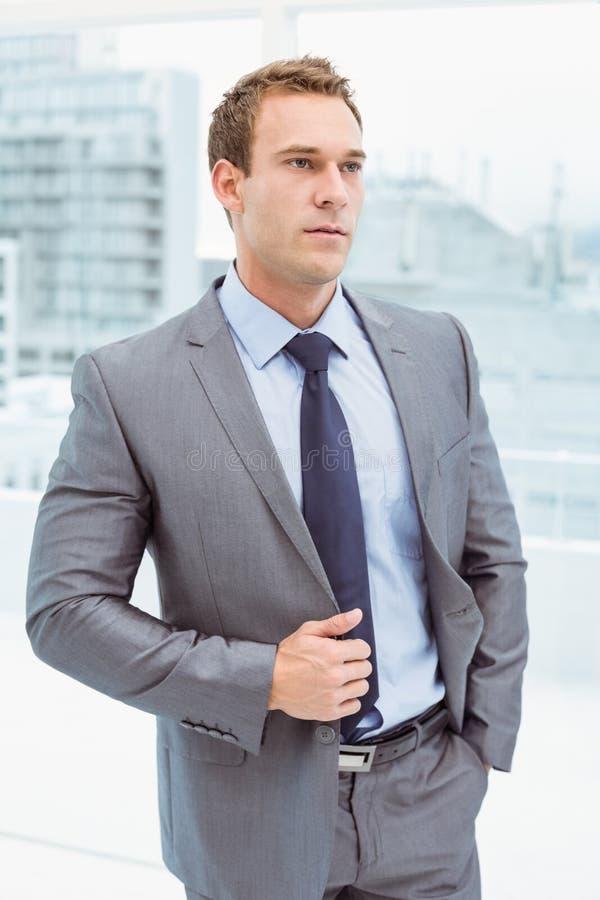 Slimme zakenman in kostuum op kantoor royalty-vrije stock foto's