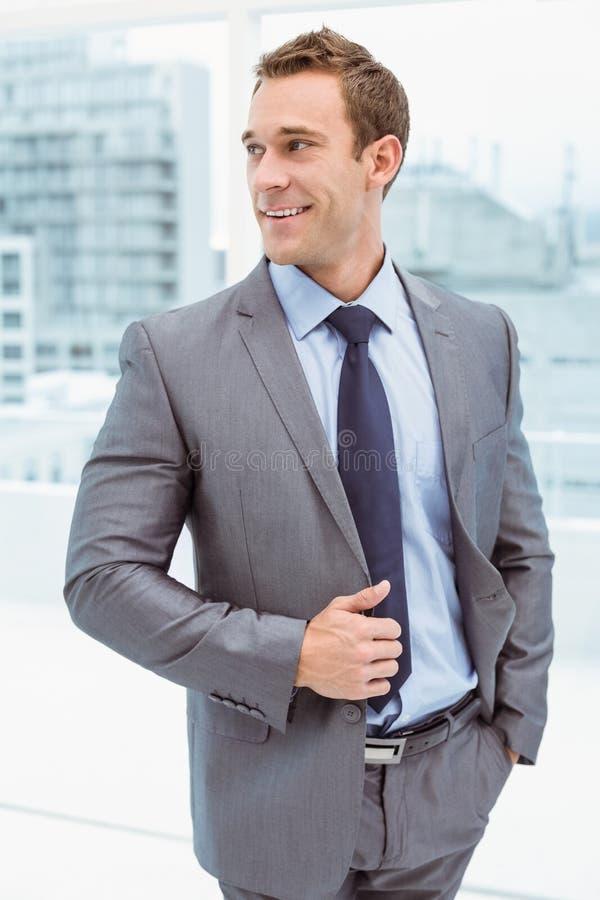 Slimme zakenman in kostuum op kantoor stock fotografie