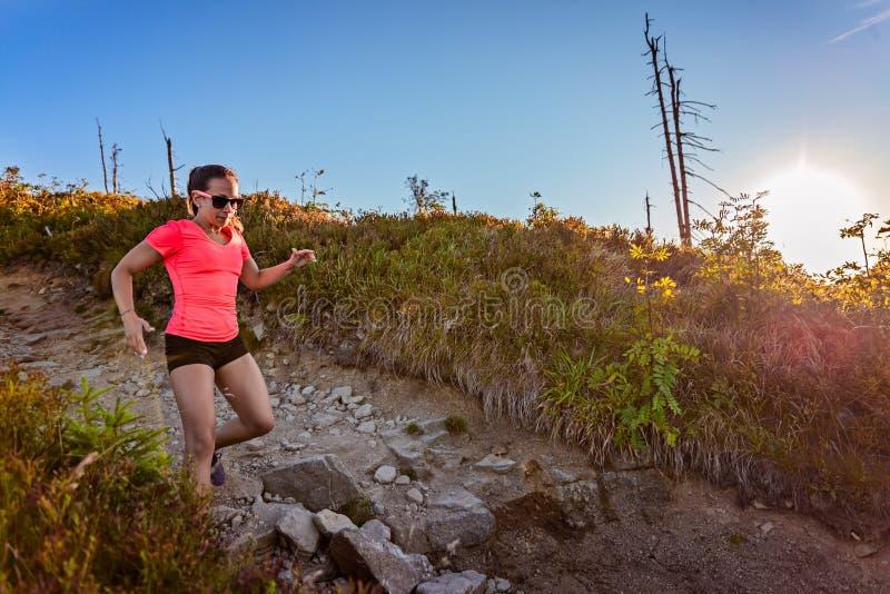 Slinga för ung kvinna som kör i berg på sommar arkivfoto