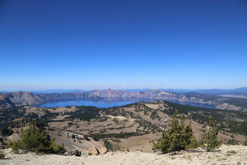 Slinga som är hög ovanför krater sjön royaltyfri foto