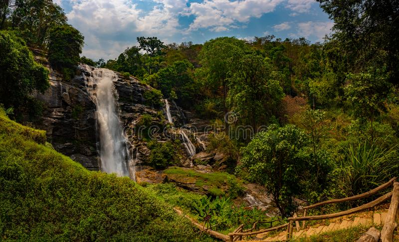 Slinga till den härliga Wachirathan vattenfallet som omges av den frodiga tropiska skogen i den Doi Inthanon nationalparkneraen C royaltyfri bild