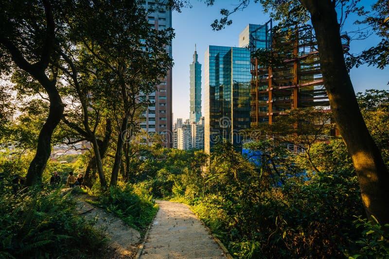 Slingan till elefantberget och sikten av moderna skyskrapor in arkivfoto