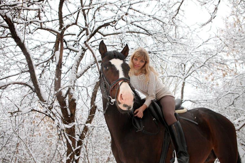 Slingaridningen i vintern parkerar royaltyfri foto