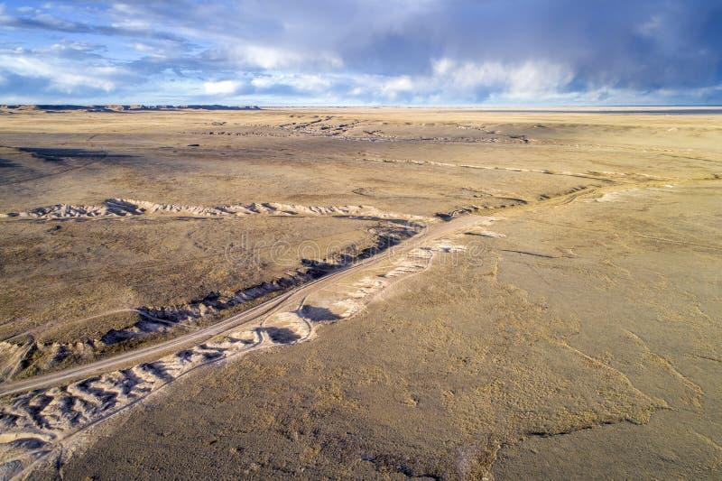 Slingaspolning till och med prärie i nordliga Colorado royaltyfri foto