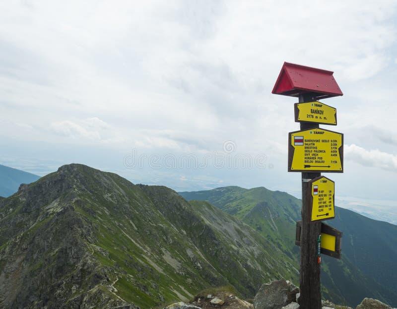 Slingavägvisare överst av maximumet Banikov på västra Tatra berg eller Rohace Skarpa gröna berg med den fotvandra slingan arkivfoton
