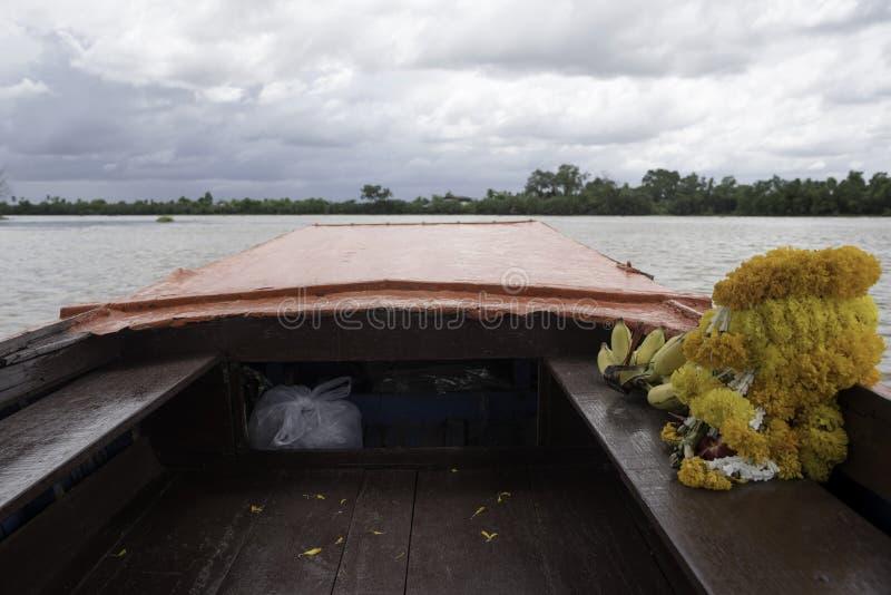 Slingers, bananen in de boot voor Thaise rite stock foto