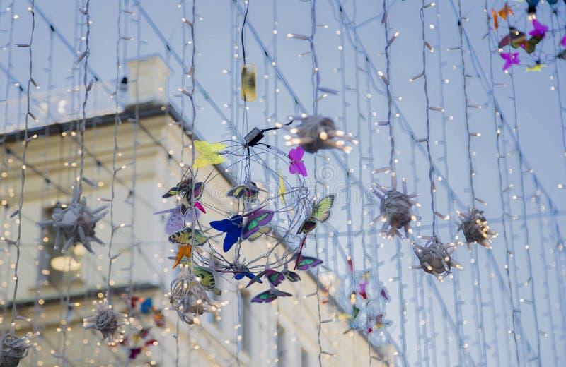Slingers en decoratie op de straat in Moskou stock foto's