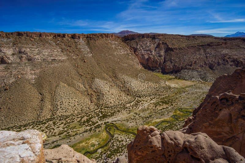 Slingra yanyon i Altiplanoen av Bolivia vid Uyuni royaltyfri foto