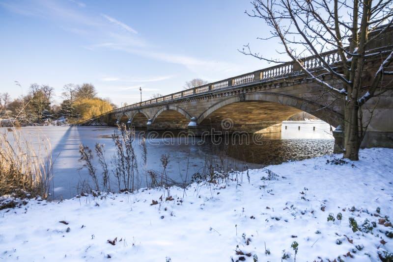 Slingrande bro och djupfryst sjö royaltyfri bild