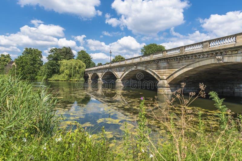 Slingrande sjö och Serpentine Bridge i Hyde Park, London arkivbilder