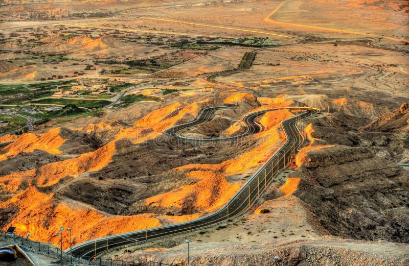 Slingrande väg till det Jebel Hafeet berget royaltyfri bild