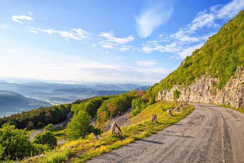 Slingrig bergväg i Balkan berg royaltyfri bild