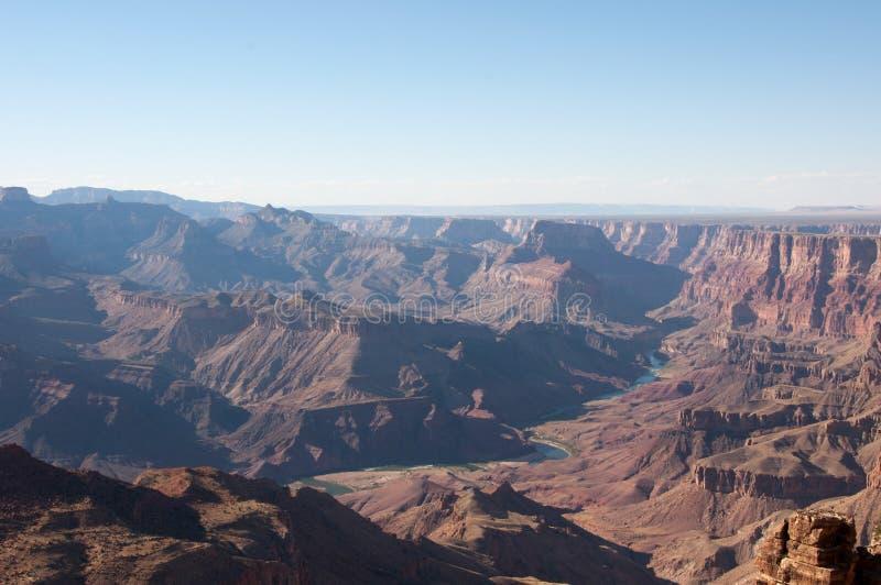Slingrig Coloradofloden i Grand Canyon, från ökensiktswatchtoweren, Arizona royaltyfria bilder