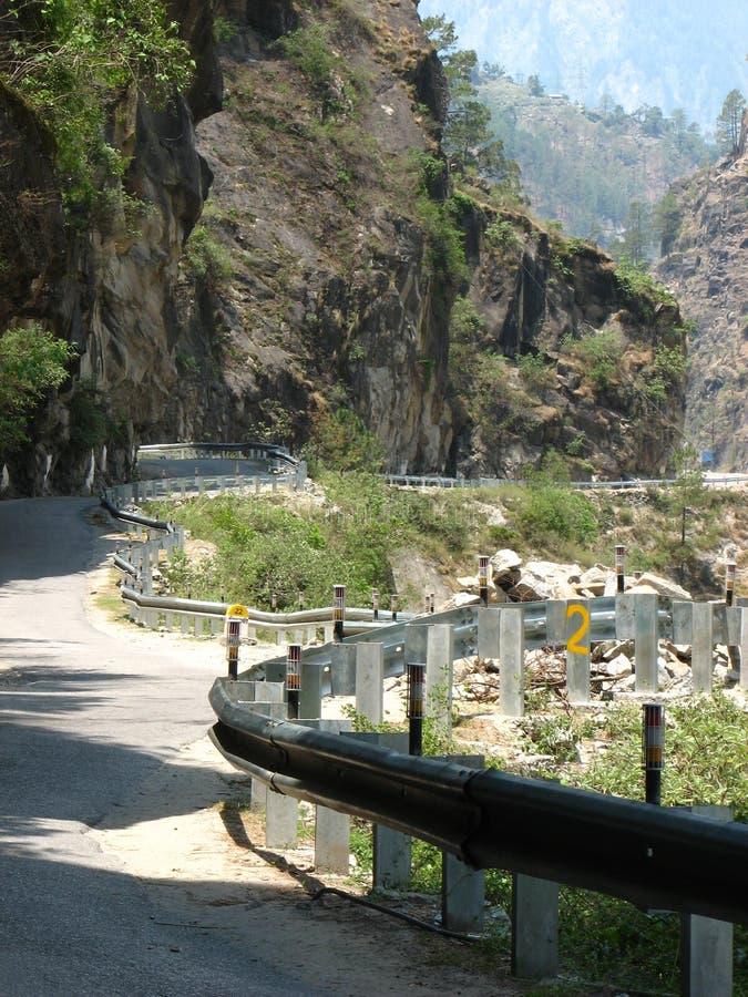 Slingrig huvudväg till och med berg arkivbilder