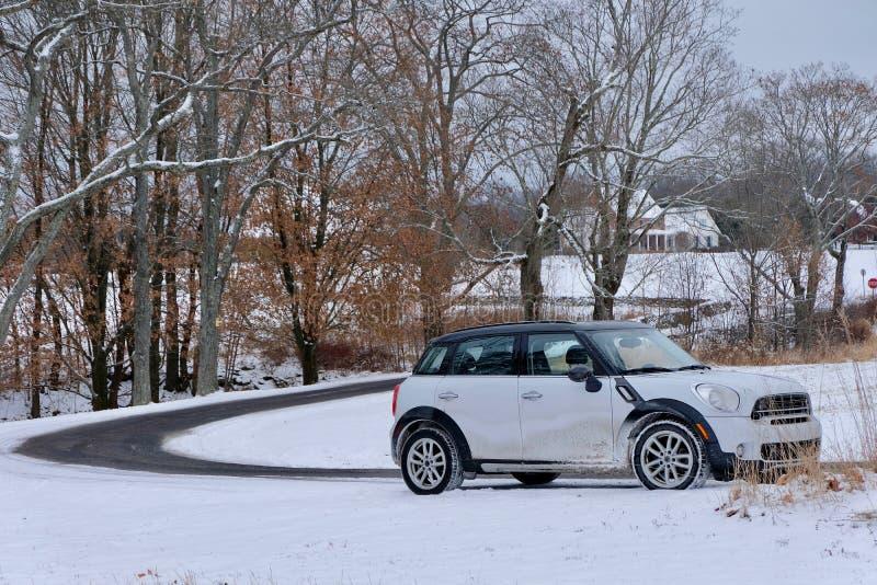 Slingrig landsväg och bil i vinter royaltyfri fotografi