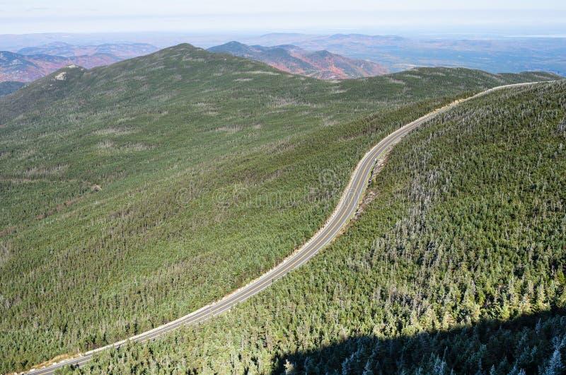 Slingrig väg i ett berglandskap på en kalla Sunny Autumn Day arkivbild