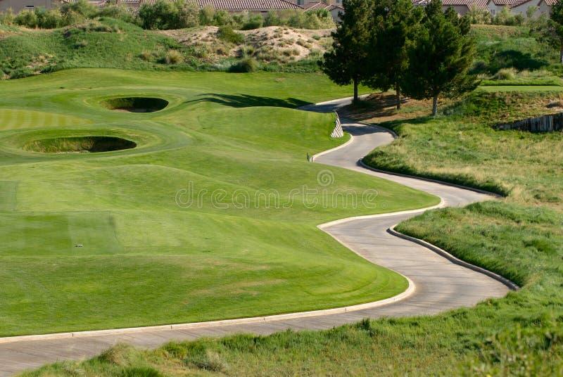 Slingrig vagnsbana på golfbana royaltyfri bild