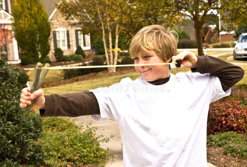 slingshot αγοριών στοκ φωτογραφία με δικαίωμα ελεύθερης χρήσης