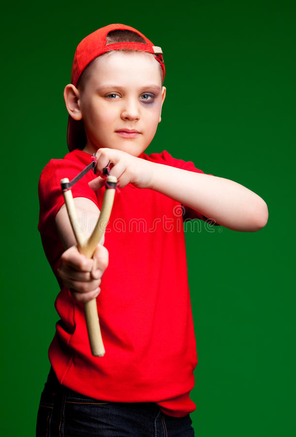slingshot αγοριών στοκ φωτογραφίες με δικαίωμα ελεύθερης χρήσης