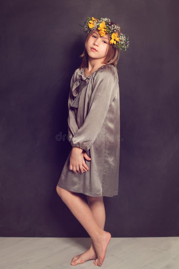 slitage barn för klänningflicka arkivbilder