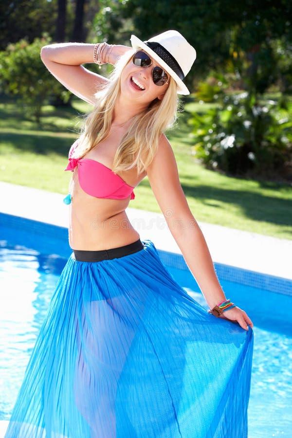 Slitage bikini och Sarong för kvinna av simbassängen royaltyfria foton