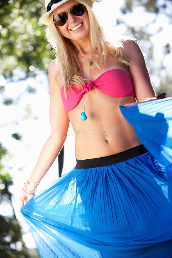 Slitage bikini och Sarong för kvinna i trädgård fotografering för bildbyråer