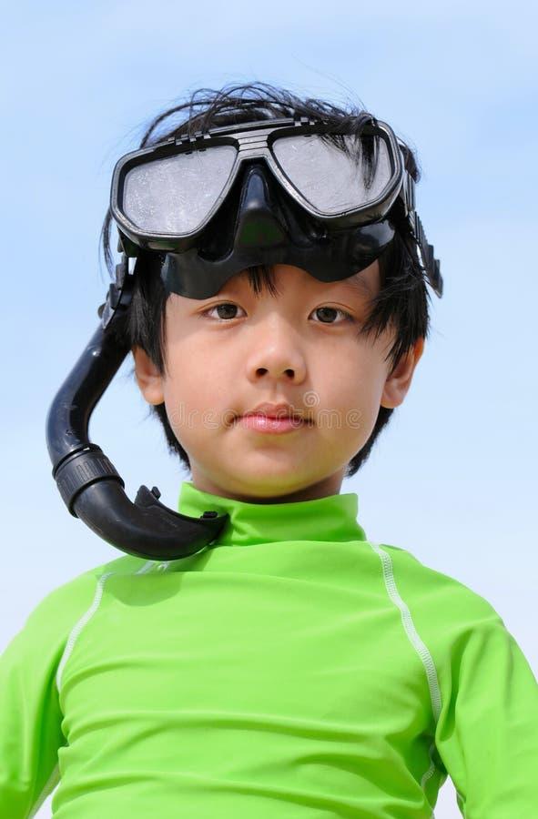 slitage för gulligt kugghjul för pojke snorkeling royaltyfria bilder