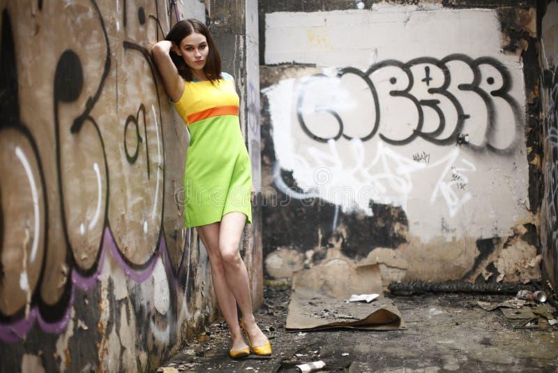 slitage kvinna för färgrik klänning royaltyfri foto