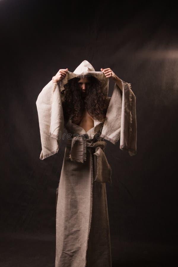 slitage kvinna för kappa royaltyfri bild