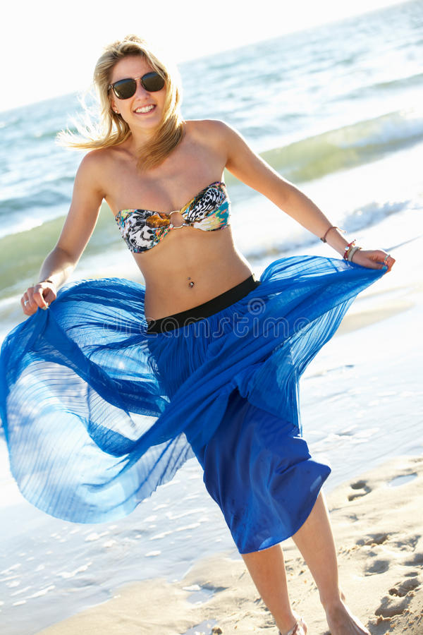 Slitage Sarong för tonårs- flicka på strandferie arkivfoton