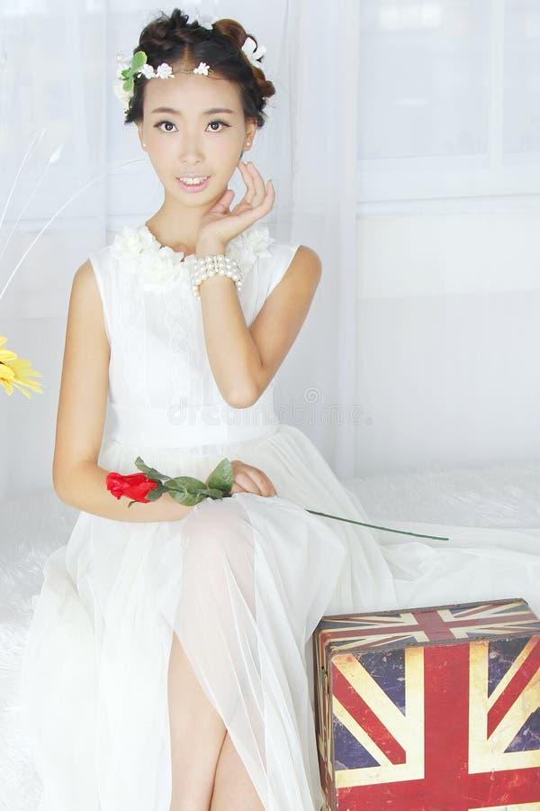 slitage vit kvinna för klänning royaltyfri fotografi