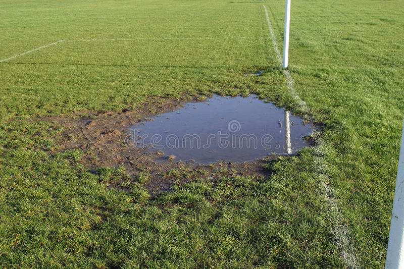 Sliten fotbollgoalmouth med vatten royaltyfri fotografi