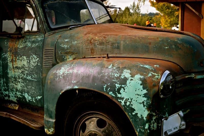 Sliten ut lastbil för tappning royaltyfri fotografi