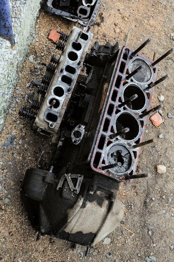 Sliten ut motor med en bruten pistong av en gammal bil fotografering för bildbyråer